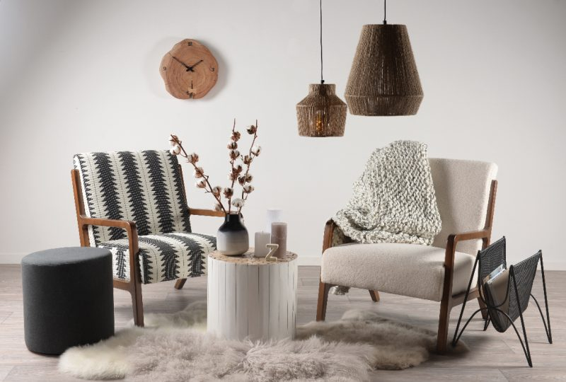 fauteuil en fourrure et tapis de peau de mouton pour un salon scandinave hygge